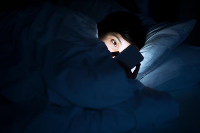 Të rinjtë përdorin telefonin gjatë natës pa dijeninë e prindërve