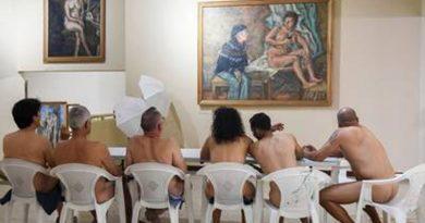 E PAZAKONTË: Vizitorë të zhveshur në ekspozitë (FOTO)