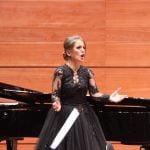 Besiana Mehmedi rikthimin në skenën klasike dhe shkëlqimin për koncertin e Nënës Terezë ia dedikon babait të ndjerë Qani Mehmedit