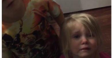 Familja organizon 'funeral' për peshkun e tyre!(VIDEO)