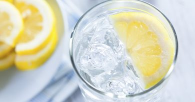 Përfitimet shëndetësore të konsumimit të ujit me limon