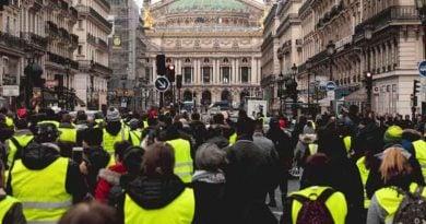"""Mbi 2.000 aktgjykime për """"Jelekët e verdhë"""" nga fillimi i protestave në Francë"""