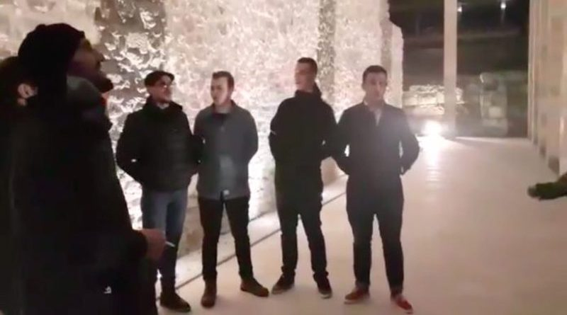 'Bini Toskë e bini Gegë…', 20-të vjeçarët këndojnë vargjet e Fishtës te Memoriali i Skënderbeut (VIDEO)