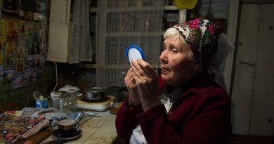 Gjyshja e moshuar, e vetmja banore e një fshati të largët (FOTO)