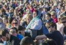 Mijëra njerëz janë mbledhur në nder të viktimave të Krajstçërçit dhe kundër racizimit