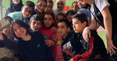 Dua Lipa viziton fëmijët refugjatë në Liban: Ata meritojnë barazi, vend për të jetuar dhe mësuar (FOTO)