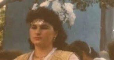 Kush është këngëtarja e njohur shqiptare në këtë foto?