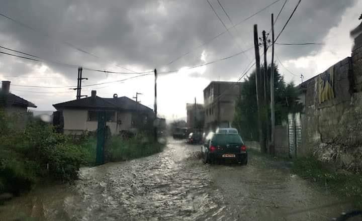 Shiu i rrëmbyeshëm bllokon shumë rrugë në komunën e Sarajit