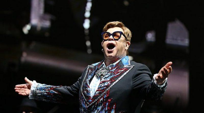 Elton John nderohet në Francë përpara koncertit në Paris