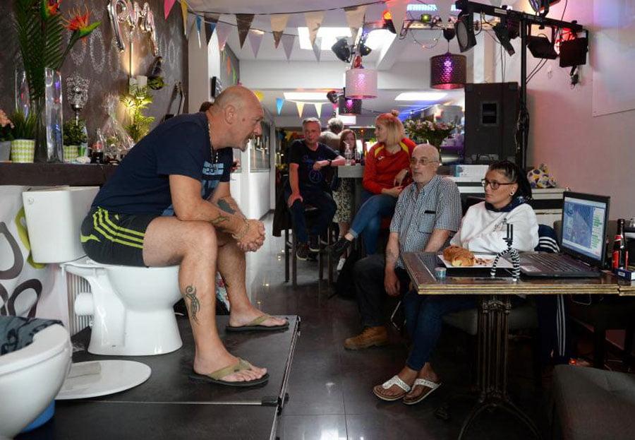 Çmenduria e belgut  pesë ditë në WC për të thyer rekordin