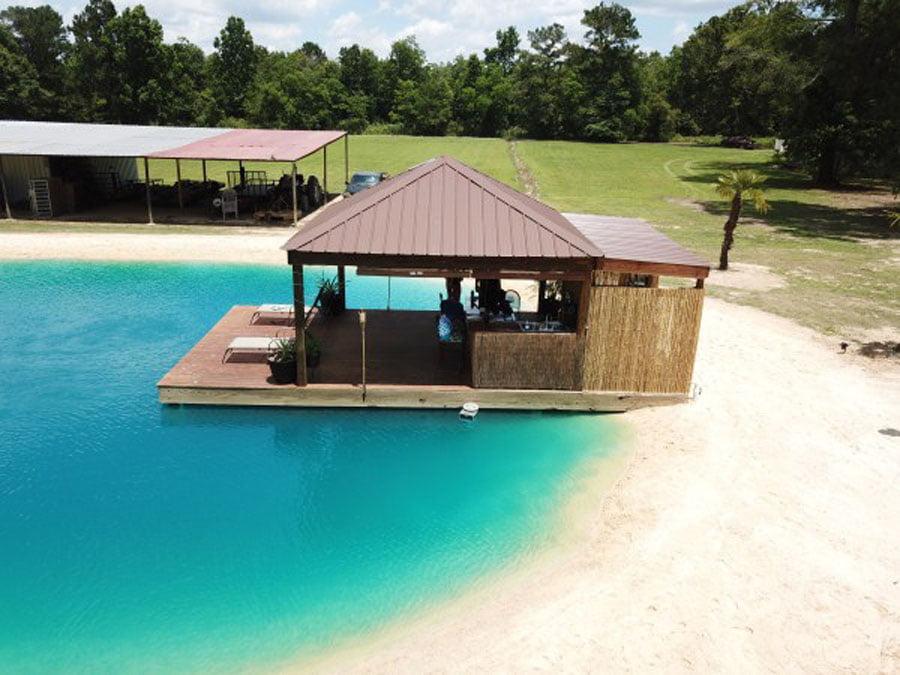 Nga i pastrehë  kthehet në milioner duke ndërtuar  plazhe  nëpër shtëpi