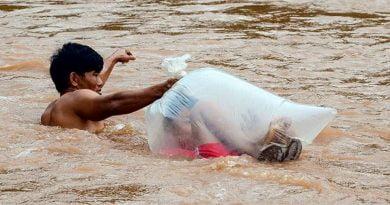 Sakrifica për t'u arsimuar, fëmijët futen në qese plastike për të kaluar lumin (FOTO)