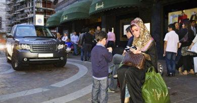 Sheikët arabë pushtojnë Londrën, makina luksi dhe festa të çmendura (FOTO)