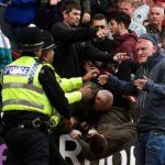 Ndeshja që u shndërrua në 'luftë' me policinë, tifozë të gjakosur e të arrestuar