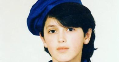 Vajza në foto sot këngëtare e njohur dhe pjesë e politikës