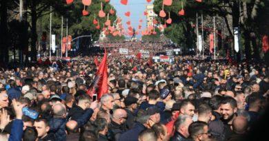 Shqipërisë vazhdojnë t'i ikin banorët