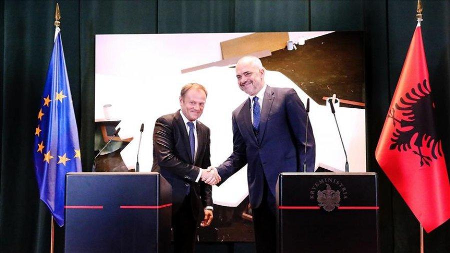 Tusk  BE ja duhet të çelë negociatat me Shqipërinë