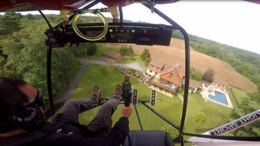 Përplaset aeroplani  piloti i garave me makina