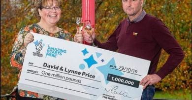Dy gëzime në një ditë! Gruaja fiton betejën me kancerin dhe lotarinë