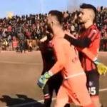 Ndal dy herë penalltinë, por ndëshkohet me karton të kuq, shikoni çfarë bën mbrojtësi (VIDEO)