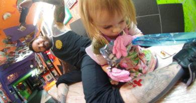 Prej 7 vitesh… 9-vjeçarja realizon tatuazhe (FOTO)